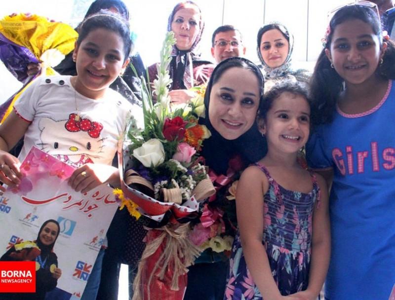 Иранская параспортсменка Саре Джаванмарди (в центре) с поклонниками