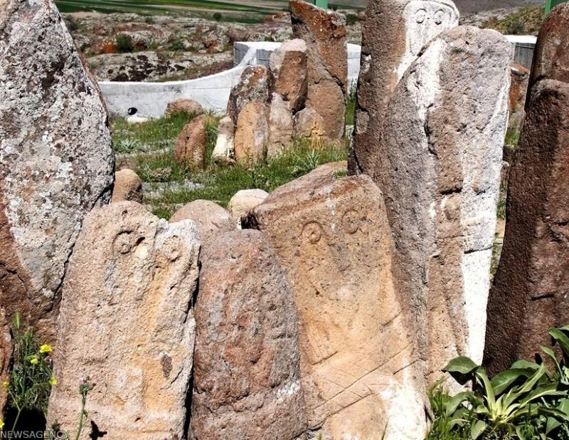 Менгиры на кладбище Шахрияри в Иране