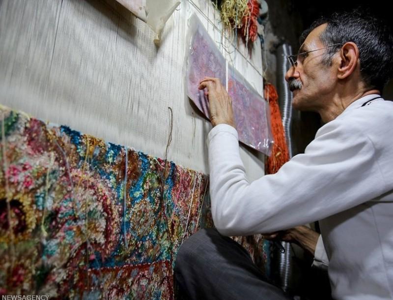 Ковровых дел мастер в Тебризе, Иран